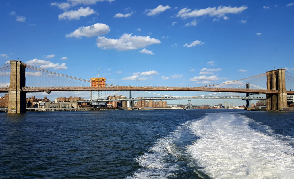 New York, ponte di Brooklyn, sul traghetto dell'East River